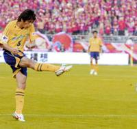 JEF United midfielder Koki Mizuno nets the first goal of the match in the 81st minute of the J. League Nabisco Cup final against Kashima Antlers at Tokyo's National Stadium on Friday afternoon. With the 2-0 win, Chiba grabbed its second straight Cup title. | KYODO PHOTO