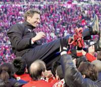 Guido Buchwald gets a 'doage' from his Urawa players after the Reds beat Gamba Osaka 1-0 on Monday to win the Emperor's Cup and complete the league and cup double in the German's last game as coach. | KYODO PHOTO