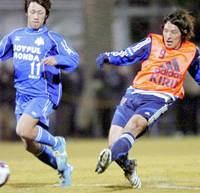 Playmaker Jungo Fujimoto (right) is tipped to make the jump up to the Japan national team by Shimizu S-Pulse coach Kenta Hasegawa if he sustains his form of 2006. | KYODO PHOTO