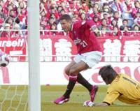Urawa Reds forward Washington scores his second goal in the 69th minute during the J. League first-division match against Ventforet Kofu at Saitama Stadium 2002 on Saturday. Reds won 2-0. | KYODO PHOTO