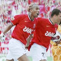 Urawa Reds defender Nene (left) is congratulated by Washington after scoring an equalizer in the 66th minute during their J. League first-division match against Yokohama F. Marinos on Sunday at Saitama Stadium 2002. The match ended in a 1-1 draw. | KYODO PHOTO