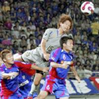 FC Tokyo defender Yasuyuki Konno (6) and Oita defender Masato Morishige compete for the ball during Saturday's game at Ajinomoto Stadium. Trinita won 2-1. | KYODO PHOTO
