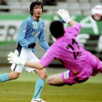 Jubilo forward Hiroki Bandai (left) nets a goal in the 77th minute in Thursday's Nabisco Cup's Group B stage game against host Tokyo Verdy at Ajinomoto Stadium. Iwata won 2-0. | KYODO PHOTO