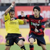 One-on-one: Kashima Antlers defender Atsuto Uchida battles Kashiwa Reysol forward Popo (left) during their J. League match on Saturday at Kashima Stadium. The match ended in a 1-1 draw.   KYODO PHOTO