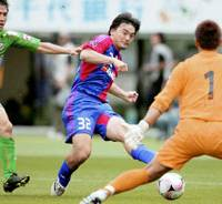 Insurance goal: FC Tokyo forward Yusuke Kondo (32) scores a goal on 89 minutes against Tokyo Verdy in Sunday's Nabisco Cup game at Ajinomoto Stadium. FC Tokyo won 3-0. | KYODO PHOTO