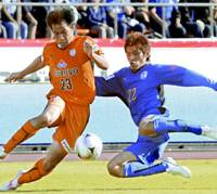Battle for the title: Oita Trinita defender Taikai Uemoto (left) tries to take the ball from Shimizu S-Pulse forward Shinji Okazaki during the first half of the Nabisco Cup final at Tokyo's National Stadium on Saturday. Trinita won 2-0. | KYODO PHOTO