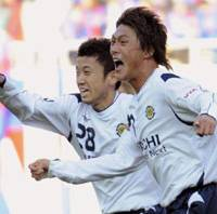 Final flourish: Kashiwa Reysol's Tadanari Lee (right) celebrates his late Emperor's Cup semifinal winner against FC Tokyo with teammate Ryoichi Kurosawa on Monday. | KYODO PHOTO