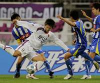 Technician: Kyoto Sanga forward Yohei Toyoda tries to find space to operate while surrounded by Montedio players during the second half of their game on Saturday at NDsoft Stadium in Tendo, Yamagata Pref. The game ended in a 0-0 draw. | KYODO PHOTO