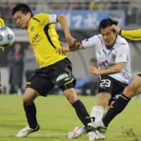 End of the road: Shimizu S-Pulse players contemplate defeat after losing 5-0 to Kashiwa Reysol on Sunday.   KYODO PHOTO
