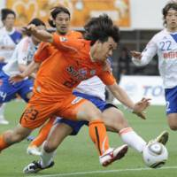 End of the line: S-Pulse striker Shinji Okazaki finds his way to goal blocked by Niigata's defense on Saturday. | KYODO PHOTO