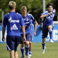 New challenge: World Cup veteran Atsuto Uchida (right), seen training with his new Schalke teammates in Germany, is one of several Japanese players to switch teams after soccer's quadrennial extravaganza. | AP PHOTO