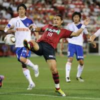 Setting a play: Kashima Antlers forward Marquinhos (18) gets into position to receive a cross during Tuesday's J. League match against Albirex Niigata at Kashima Stadium. The match ended in a 2-2 draw. | KYODO PHOTO