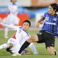Battle for survival: FC Tokyo's Yasuyuki Konno (left) has seen his team's fortunes take a dramatic turn for the worse since the J. League season began. | KYODO PHOTO