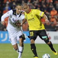 Flying start: Jorge Wagner (right) led Kashiwa Reysol past Naohiro Takahara's Shimizu S-Pulse on Saturday. | KYODO PHOTO