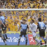Tohoku's hero: Vegalta Sendai's Jiro Kamata scores on an 87th-minute header in the club's 2-1 win over Kawasaki Frontale on Saturday. | KYODO PHOTO