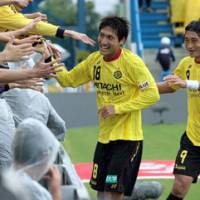 Show of respect: Kashiwa Reysol fans congratulate Junya Tanaka (18) after his 24th-minute goal on Saturday against Vissel Kobe. Reysol won 3-0. | KYODO PHOTO