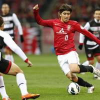 Competitive drive: Yosuke Kashiwagi of the Urawa Reds moves the ball against a Muangthong United player during the teams' Asian Champions League match on Tuesday in Saitama. Reds beat their Thai opponent 4-1. | KYODO