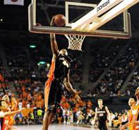 Osaka Evessa power forward Lynn Washington, shown attempting a dunk in the bj-league championship game on April 30 against Niigata Albirex, is the league's reigning MVP. | YOSHIAKI MIURA PHOTO