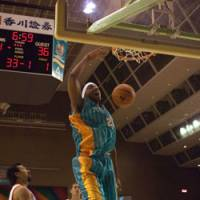 Takamatsu power forward Reggie Warren, who leads the bj-league in dunks per game at 2.0 through March 9, energizes the Five Arrows with his powerful siams. | TAKAMATSU FIVE ARROES / BJ-LEAGUE PHOTO