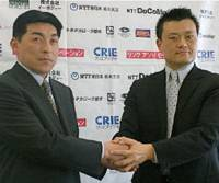 New Link Tochigi Brex coach Mitsuhiko Kato (left) and team president Takashi Yamaya pose for a picture during a Tuesday news conference in Tokyo. Kato will guide the team as it makes the jump from the JBL's second division to the top flight.   KAZ NAGATSUKA PHOTO