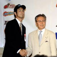 Top pick: Yosuke Machida, the No. 1 draft choice of the expansion Shiga Lakestars and Toshimitsu Kawachi, the bj-league commissioner, shake hands during Monday's 2008 bj-league draft at a Tokyo hotel. | YOSHIAKI MIURA PHOTOS