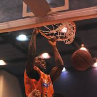 Forceful presence: Niigata Albirex BB big man Dokun Akingbade leads the team in scoring at 22.0 points per game, the sixth-best total in the bj-league. | NIIGATA ALBIREX BB PHOTO