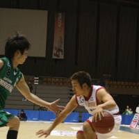Solid performer: Sendai point guard Takehiko Shimura (right), seen dribbling the ball as Saitama's Yuki Kitamuki defends him on Jan. 5, has given the team added depth and energy in the backcourt this season. | KAZ NAGATSUKA PHOTO