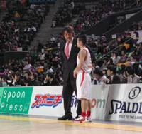 Focused leader: Toyama Grouses coach Takatoshi Ishibashi, speaking to guard Satoshi Yonemoto during the team's Feb. 14 game against the Tokyo Apache at Ariake Colosseum, wants to turn the struggling club into a playoff contender.   KAZ NAGATSUKA PHOTO