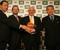 Tipoff: JBA Secretary General Takashi Kiuchi, FIBA Secretary General Patrick Baumann, FIBA President Bob Elphinston and JBA Deputy President Yushi Samuro pose after a press conference on Thursday. | KAZ NAGATSUKA PHOTO