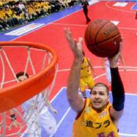Chairman of the boards: Sendai 89ers center Chris Holm is the bj-league's leading rebounder this season, pulling down 16.0 boards per game. | SENDAI 89ERS/bj-league