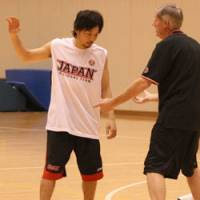 Communication: Japan national team coach David Hobbs works with point guard Yuta Tabuse during a recent training camp in Tokyo. | KAZ NAGATSUKA