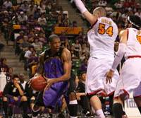 Tight defense: Tokyo's Julius Ashby prepares to shoot while defended by Sendai's Chris Holm and Rodney Webb in Game 2 of the Eastern Conference semifinals Sunday.   KAZ NAGATSUKA PHOTO