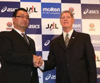 Short partnership: Japan national team chief Osamu Kuraishi (left) introduces David A. Hobbs as the squad's new head coach in February. Earlier this month, the Japan Basketball Association announced that the American was replaced by Kuraishi. | KAZ NAGATSUKA PHOTO