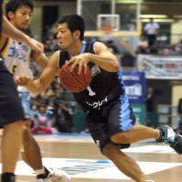 New season begins: Kyoto's Naoto Takushi drives the lane against Shiga in their bj-league opener on Saturday. The Lakestars beat the Hannaryz 82-73. | THE JAPAN TIMES