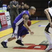 Consistent: Cohey Aoki remains one of the Tokyo Apache's most dependable players, averaging 15.6 points per game for the bj-league club. | KAZ NAGATSUKA