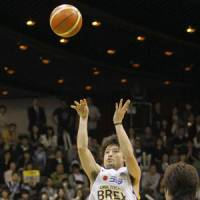 Over the top: Link Tochigi's Yuta Tabuse shoots during Game 1 of the JBL Finals on Saturday.   KYODO PHOTO