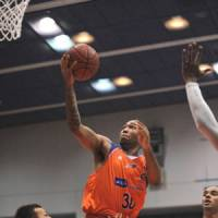 New talent: Niigata's Willie Veasley, seen putting up a shot against Akita last weekend, is one of the top newcomers in the bj-league this season.   NIIGATA ALBIREX BB/BJ-LEAGUE