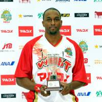 Top choice: Lynn Washington holds the trophy for the bj-league All-Star Game MVP in Saitama on Sunday. | YOSHIAKI MIURA