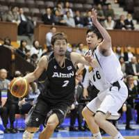 Catch you later: Aisin guard Shogo Asayama drives around Toyota's Keijuro Matsui during Game 1 of the JBL Finals on Wednesday. The Sea Horses won 73-70. | KYODO