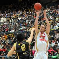 Incredible journey: Kyoto Hannaryz center Lance Allred, seen shooting a jumper during January's All-Star Game, relies on his instincts as well as his skills on the court. The Hannaryz have reached the Final Four for the first time. | YOSHIAKI MIURA