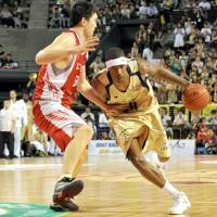 All about winning: Ryukyu Golden Kings forward Jeff Newton (right) has played for five championship teams since the bj-league began in 2005. | YOSHIAKI MIURA