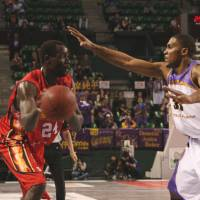 Back for more: Ex-Tokyo Apache forward Dameion Baker (right), seen against Hamamatsu in 2009, is returning to the bj-league after a three-season absence. | KAZ NAGATSUKA