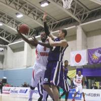Inside presence: Tokyo Cinq Reves center Jared Carter (right) is one of the bj-league's top shot blockers. | KAZ NAGATSUKA