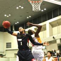 Star of the show: B-Cosairs forward Thomas Kennedy (1), seen in a recent game against the Sendai 89ers, scored 27 points as Yokohama extended its winning streak to eight games by routing the Tokyo Cinq Reves 76-52 on Sunday. | KAZ NAGATSUKA