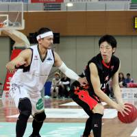 Staying aggressive: Shinshu's Takanori Goya (left), seen guarding Osaka's Yoshihiro Tachibana in the series opener on Saturday, and his teammates lost a pair of games to the red-hot Evessa over the weekend. | HIROAKI HAYASHI