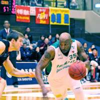 Vintage form: John 'Helicopter' Humphrey, averaging a league-high 25.9 points per game, has helped the Saitama Broncos win eight of their past 11 contests. | HIROAKI HAYASHI