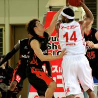 Defense pays off: The Osaka Evessa, tightly guarding Hamamatsu Higashimikawa Phoenix star Wendell White earlier this season, have made big strides on defense since Bill Cartwright took over as coach in late Janary. The Evessa have gone 12-6 since that time.   HIROAKI HAYASHI