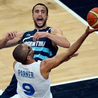 Friends and foes: Argentina's Manu Ginobili and France's Tony Parker, who have been teammates for years on the NBA's San Antonio Spurs, battle in Tuesday's Olympic matchup. | AFP-JIJI