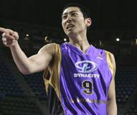 Apache forward Shoji Nakanishi, who scored a season-best 16 points in Tokyo's win over the Toyama Grouses on Jan. 12, joined the team last spring after catching the eye of Apache coach Joe Bryant at a bj-league tryout. | MANABU KOBAYASHI/TOKYO APACHE PHOTO