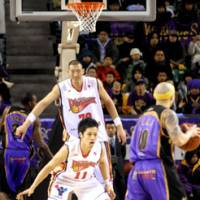 Giant presence: Hamamatsu Higashimikawa Phoenix center Sun Ming Ming (79) gives his team an imposing presence in the middle. In addition, the 236-cm big man can dunk at will on any opponent. | YOSHIAKI MIURA PHOTO